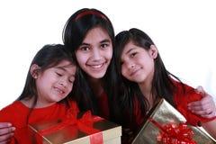 Drei Schwestern, die Geschenke anhalten Stockfoto