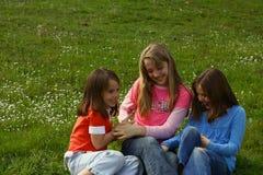 Drei Schwestern, die tickling sind lizenzfreie stockfotografie