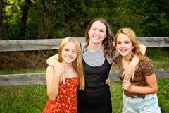 Drei Schwestern zusammen stockbild