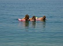 Drei Schwestern, Zwillinge auf Meer Lizenzfreie Stockfotos