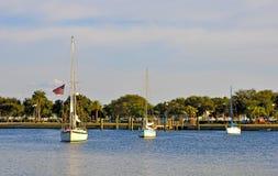 Drei Segelboote nahe einem Dock Lizenzfreie Stockbilder