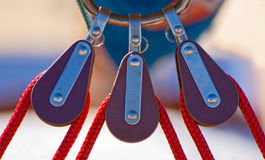 Drei segelnde Seilrollen stockbilder