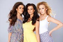Drei schicke junge Frauen auf Sommermode Lizenzfreies Stockfoto