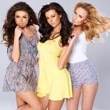 Drei sexy schicke junge Frauen auf Sommermode Lizenzfreie Stockfotos