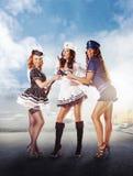 Drei sexy Seemannfrauen, die im Kanal stehen Stockfotografie