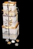 Drei Silber und Gold wickelten Weihnachtsgeschenke mit Bögen ein Lizenzfreies Stockfoto