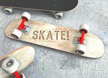 Drei Skateboards mit der Beschriftung, die auf dem konkreten Boden liegt Stockfotografie