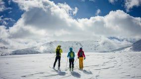 Drei Skifahrer, welche die Ansicht bewundern Lizenzfreies Stockbild