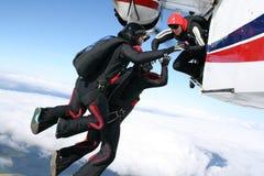 Drei Skydivers springen von einem Flugzeug lizenzfreies stockbild