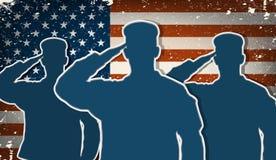 Drei Soldaten der AMERIKANISCHEN Armee, die auf backgrou der Schmutzamerikanischen flagge begrüßen Stockfotos
