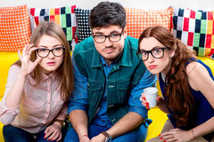 Drei Sonderlinge auf der Couch Stockfoto