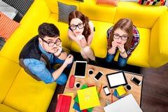 Drei Sonderlinge auf der Couch Lizenzfreie Stockfotos