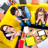 Drei Sonderlinge auf der Couch Lizenzfreie Stockfotografie