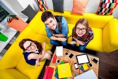 Drei Sonderlinge auf der Couch Lizenzfreies Stockbild