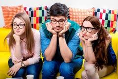 Drei Sonderlinge auf der Couch Stockfotografie