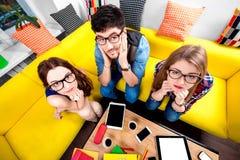 Drei Sonderlinge auf der Couch Stockfotos
