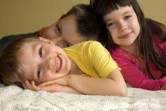 Drei spielerische Kinder Stockbilder