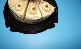 Drei Stücke des Kekskuchens auf einem blauen Hintergrund stockfotos