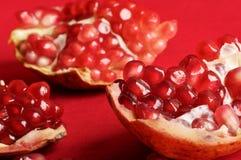 Drei Stücke Granatapfel und Granatapfelstartwerte für zufallsgenerator Stockbilder