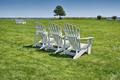 Drei Stühle auf dem Rasen Lizenzfreie Stockfotos