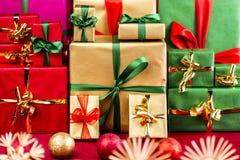 Drei Stapel von Weihnachtsgeschenken im Rot, im Gold und im Grün Stockfotografie