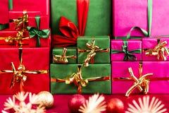 Drei Stapel Weihnachtsgeschenke vereinbart durch Farbe Stockfoto