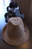 Drei stilvolle Hüte auf Tabelle Stockfotos