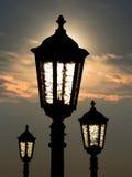 Drei Straßenlaternen bei Sonnenuntergang Stockfoto