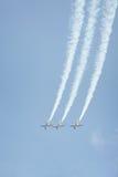 Drei Strahlenflugzeuge, die aerobatic Bremsung durchführen Stockbilder