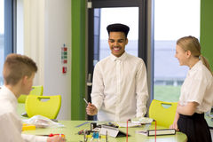 Drei Studenten in der Technologie-Klasse lizenzfreie stockfotografie