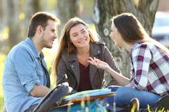 Drei Studenten, die nach Klasse sprechen Lizenzfreie Stockfotografie