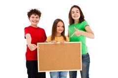 Kinder, die noticeboard lokalisiert auf weißem Hintergrund halten lizenzfreies stockfoto