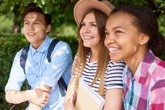 Drei Studenten im Park lizenzfreies stockbild