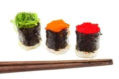 Drei Sushi mit Essstäbchen. Lizenzfreie Stockbilder