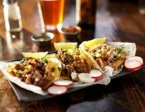 drei Tacos mit Bier lizenzfreie stockfotos