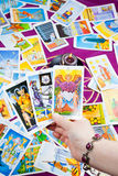 Drei tarot Karten in der Hand angehalten. stockfotografie
