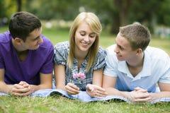 Drei Teenager im Park Stockfotografie