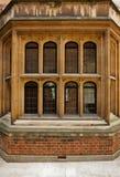 Drei Teile Wand mit Fenstern Stockfotografie