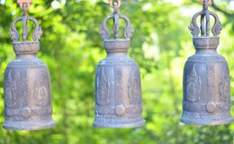 Drei Tempelglocken mit grünem natürlichem Lizenzfreie Stockbilder