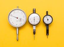 Drei Tiefenmessgeräte auf Gelb lizenzfreie stockfotografie