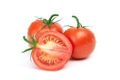 Drei Tomaten mit Wassertropfen Lizenzfreie Stockfotografie