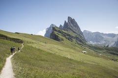 Drei Touristen gehen auf den Weg der italienischen Alpen stockfoto