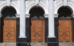 Drei Türen im Gebäude mit Spalten Stockfotografie