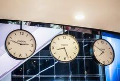 Drei unterschiedliche internationale hängende Wanduhr, London, Tokyo, Stockbild