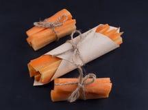 Drei verpackten eine Handvoll Karottenstifte Lizenzfreies Stockbild