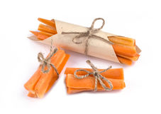 Drei verpackten eine Handvoll Karottenstifte Karottenstifte wickelten i ein Lizenzfreies Stockbild