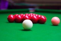 Drei verschiedene Farbsnookerbälle auf dem Tisch Stockfoto