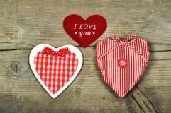 Drei verschiedene Herzen auf einem hölzernen Hintergrund Stockfoto