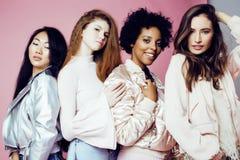 Drei verschiedene Nationsmädchen mit diversuty in der Haut, Haar Asiatisch, skandinavisch, nettes emotionales des Afroamerikaners lizenzfreie stockfotos