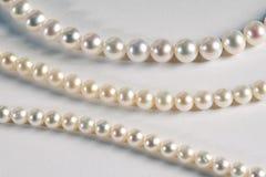 Drei verschiedene Stränge von kultivierten Perlen Stockfotos